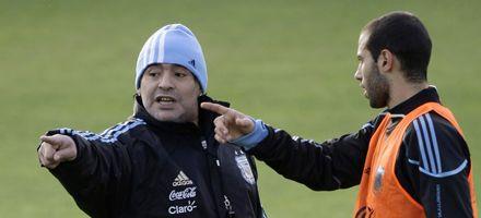 Maradona trabajó defensa y ataque pensando en el partido ante España