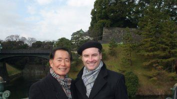 A la derecha de la imagen, Fabio Banegas sonríe en compañía de George Takei, el actor que lo acompaña en el disco y que fue uno de los protagonistas de la legendaria serie televisiva Viaje a las estrellas.