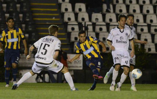 El volante ofensivo canalla Federico Carrizo ya sacó su remate para estampar el empate canalla. (Foto: S. Suárez Meccia)