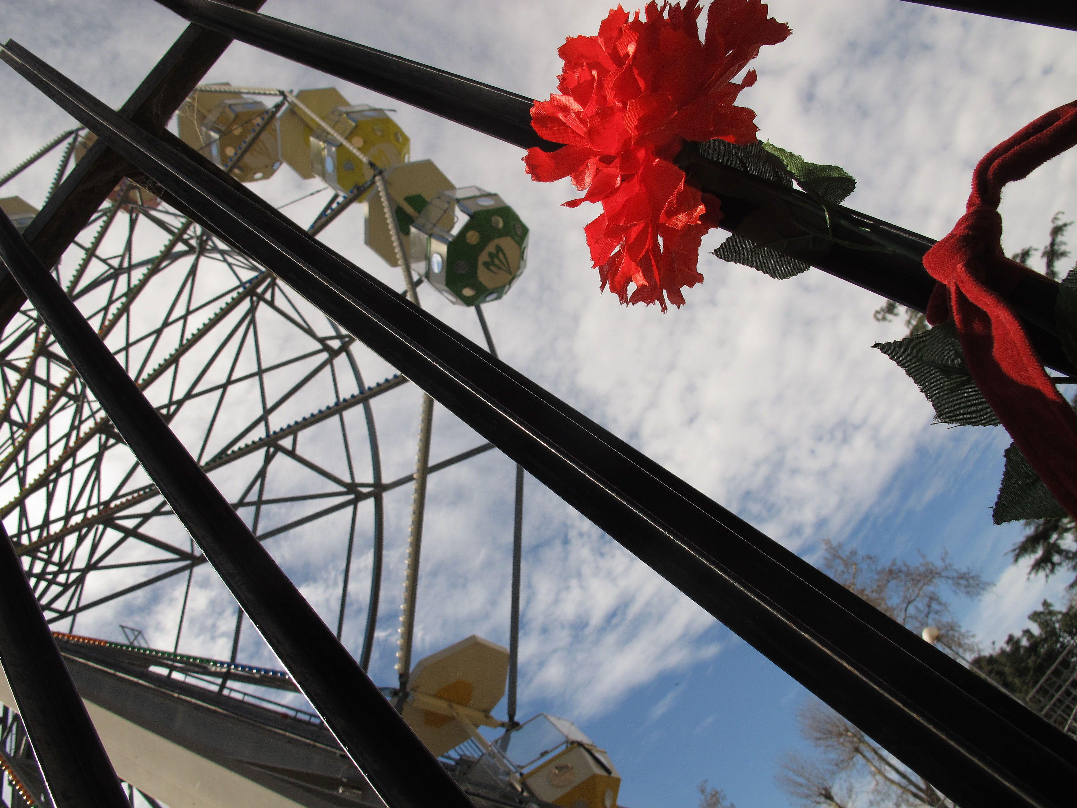 Hoy colocaron flores en el lugar de la tragedia donde ayer murieron dos personas y otras siete resultaron heridas. (Foto A. Celoria)