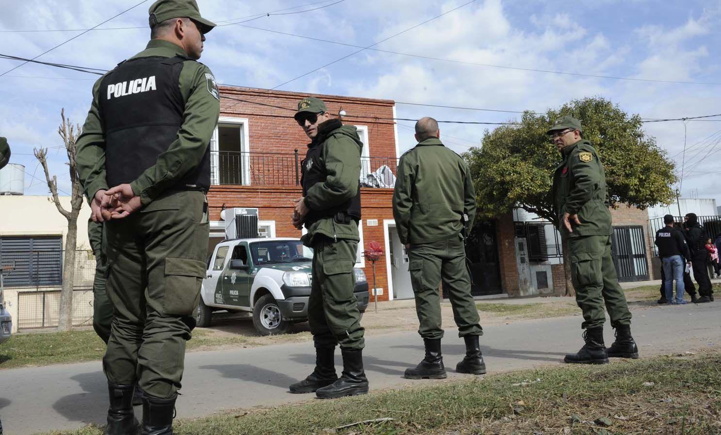 Unos 150 policías llegaron a Rosario durante la madrugada desde otras localidades para hacer el operativo.