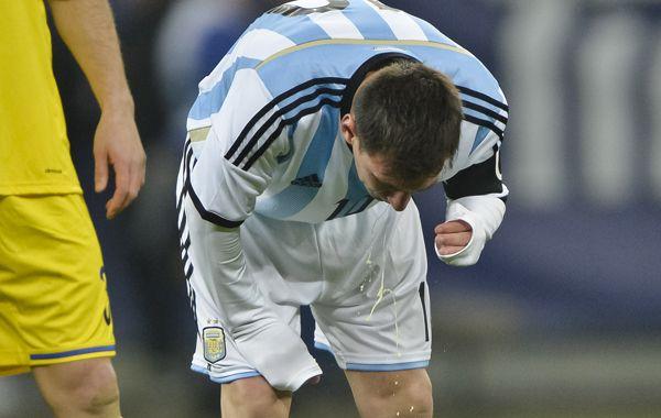 La imagen de Messi vomitando al inicio del partido amistoso. (Foto: AP)