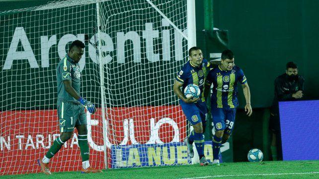 Emiliano Vecchio acaba de empatar el partido de penal y lo abrazo Martínez Dupuy. Buen empate de Central ante Banfield.