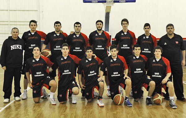 El plantel. Los jugadores y el cuerpo técnico que consiguieron el ascenso de Atlético Carcarañá al Torneo Federal.