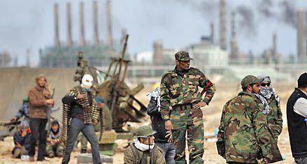 Las fuerzas de Kaddafi recuperan un estratégico puerto petrolero
