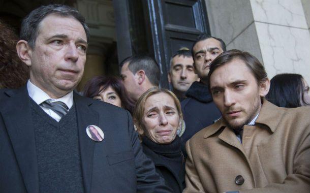 El padre de Angeles a la salida de Tribunales luego de la sentencia por el crimen de su hija.