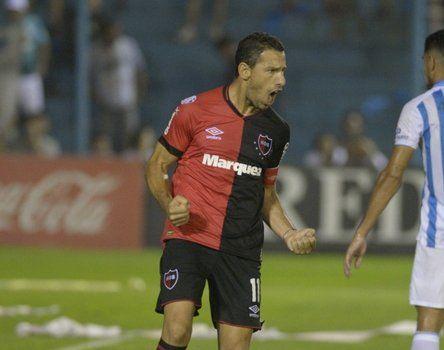2019. Maxi Rodríguez anotó en el último 2 a 2 de Newell's visitando al Decano tucumano.