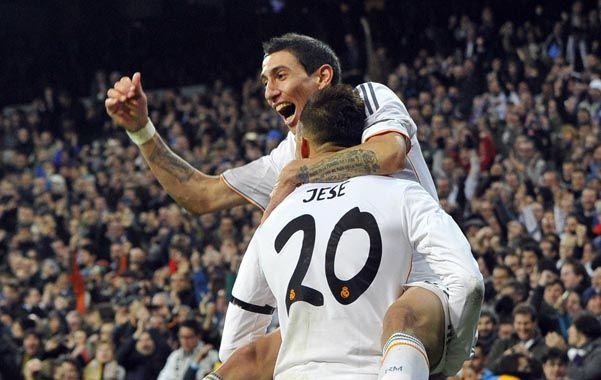 Angel Di María festeja con Jese uno de los goles en el Bernabeu.