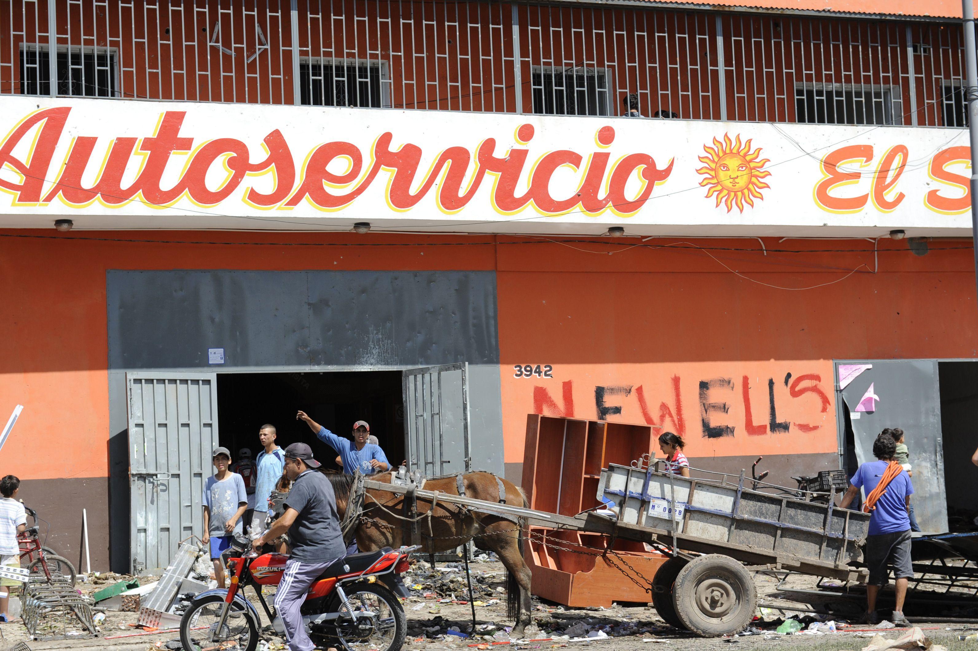 Esta mañana el Autoservicio Sol de Avellaneda y Quintana fue asaltado. (Foto: S. Suárez Meccia)