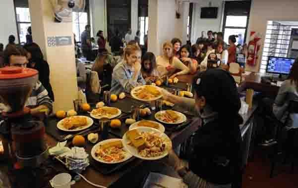 Cerca del 45% de los 74 mil estudiantes de la UNR no son de la región. El viernes se tratará la problemática de los inquilinos en el Concejo. (S.Meccia)