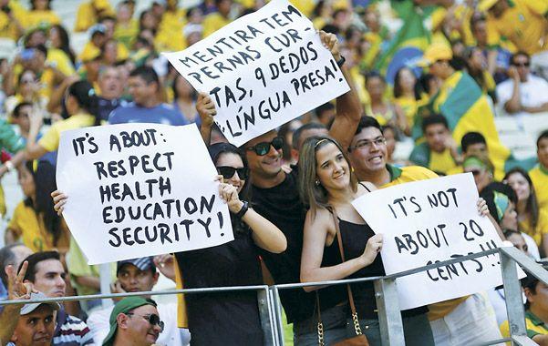 Fanáticos. Los reclamos llegaron al estadio Castelao donde Brasil jugó con México por la copa Confederaciones.
