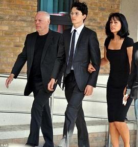 Condenan a hijo del guitarrista de Pink Floyd a dieciséis meses de cárcel