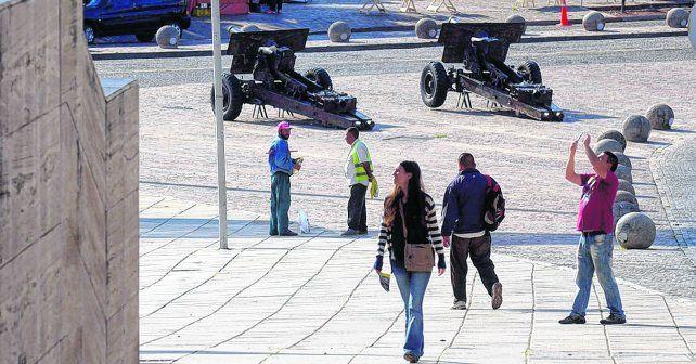 un clásico. Un turista capta con su cámara el lugar más emblemático de la ciudad: el Monumento a la Bandera.