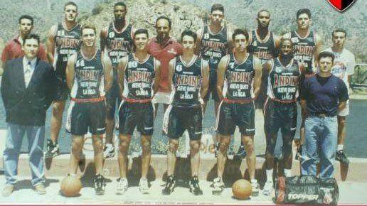 En sus comienzos en La Rioja:Daniel Farabello con la 10 y a su lado Manu con la 6. El base de Colón presenció los primeros pasos del juvenil de Bahía Blanca