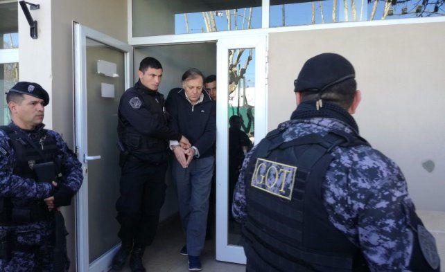 Oscar Pardini saliendo del tribunal casildense donde fue condenado hace un año