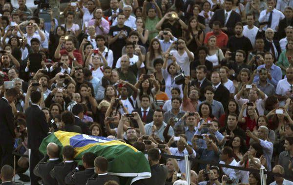 Una multitud conmovida despidió ayer en la ciudad de Brasilia los restos de su notable creador.