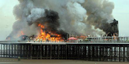 Un incendio destruyó totalmente un histórico muelle cerca de Bristol