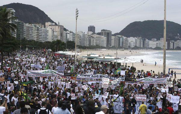 Postal diferente. La famosa costanera de Copacabana apareció ayer copada por los manifestantes.