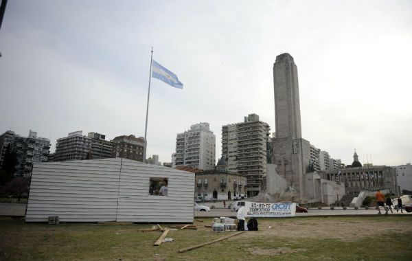 Para las villas. Los organizadores preparaban ayer la vivienda que se exhibirá hoy al pie del Monumento.