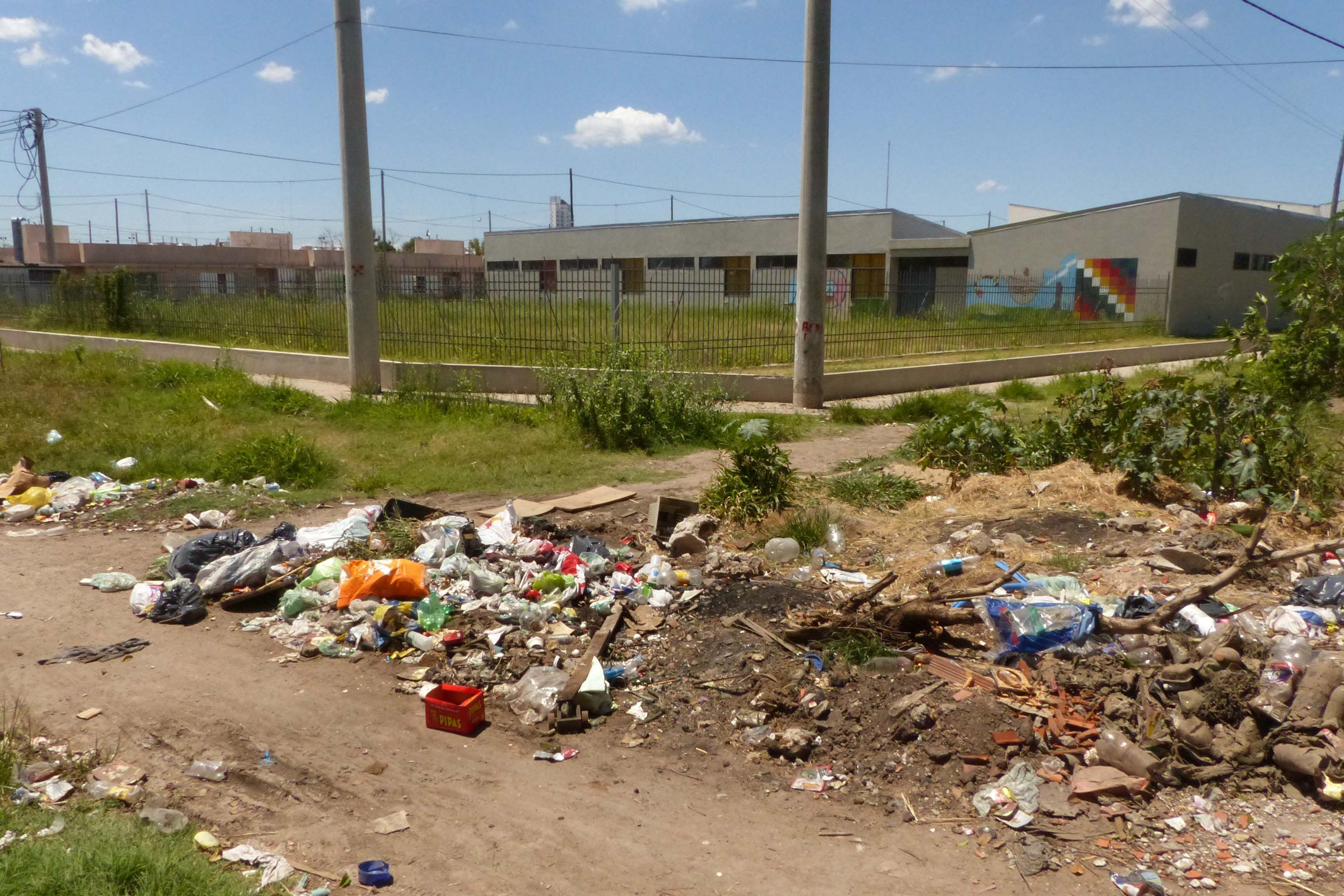 Es lo que se levanta frente a las casas del barrio de la comunidad Qom