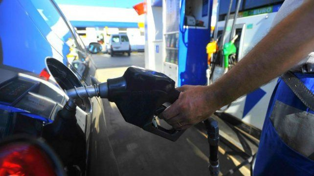 Postergan por dos semanas el aumento de los combustibles