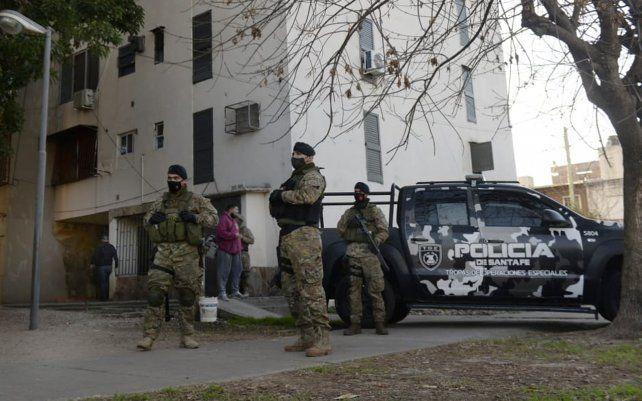 Los efectivos policiales en una de las torres del barrio Municipal.