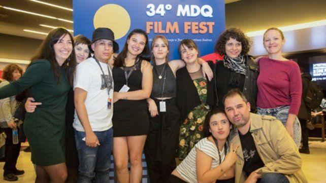 Equipo. La directora (centro) con un elenco de actores no profesionales.