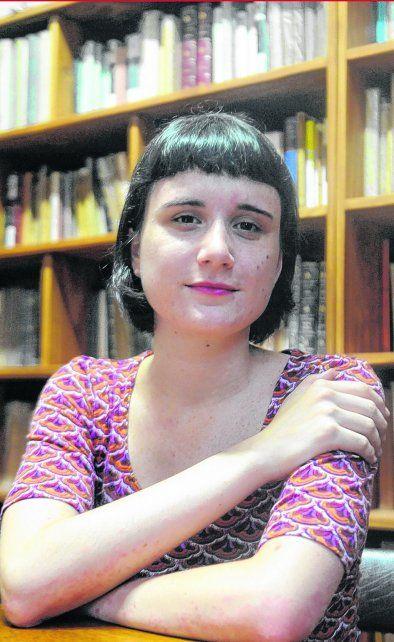 Amor por los libros. Julia en la biblioteca de Filosofía de la UNR.