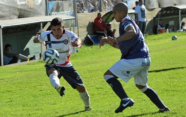El distinto. Juan Fernández maniobra ante la defensa visitante. El Enano cumplió.