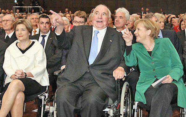 Pasan los años. Kohl junto a su segunda mujer y a la canciller Angela Merkel en 2010 cuando celebró sus 80 años.
