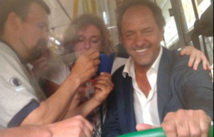 Sorpresa. Scioli se subió al 110 de Rosario Bus en el centro rosarino. (Foto: @marcoscleri)