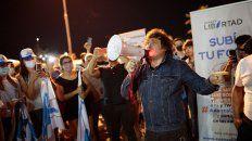 Milei, megáfono en mano, arenga a una multitud de jóvenes que colmaron las escalinatas del Parque de España.