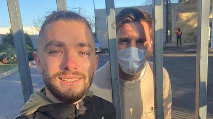 Objetivo cumplido. Uno de los hinchas que esperó a Messi logró la tan ansiada foto.