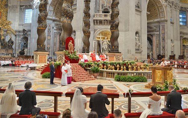 Francisco celebró ayer las 20 bodas