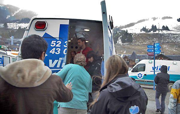 Socorro. Algunos de los pasajeros accidentados son subidos a la ambulancia para recibir asistencia.