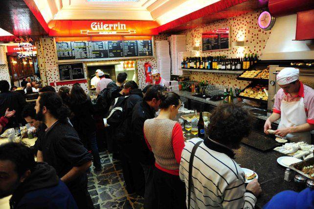 Falsos policías asaltaron una pizzería, intentaron asfixiar al gerente y le abrocharon una oreja