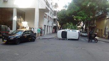 El vehículo quedó en medio de la calle y hubo que desviar el tránsito.