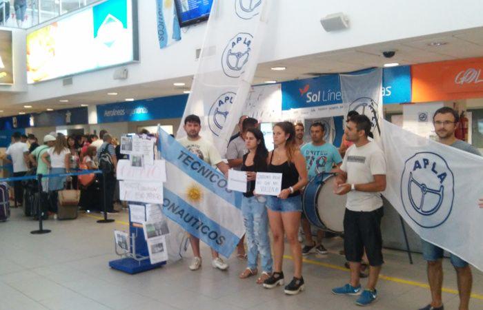 Empleados de la aerolínea Sol reclaman una solución luego de que la firma anunciara la quiebra.
