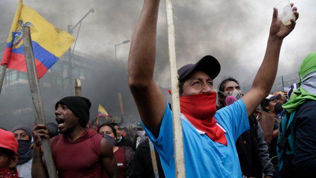Quitazo. Una multitud de manifestantes protesta en las calles de la capital contra los aumentos.