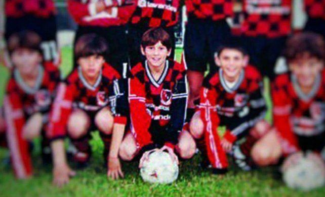 Messi con la rojinegra y uno de los equipos que integró cuando jugaba en Malvinas.