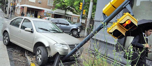 Un VW Bora y un Citröen C3 quedaron montados ayer sobre los semáforos en Salta y Alvear. (Foto: Matías Sarlo)