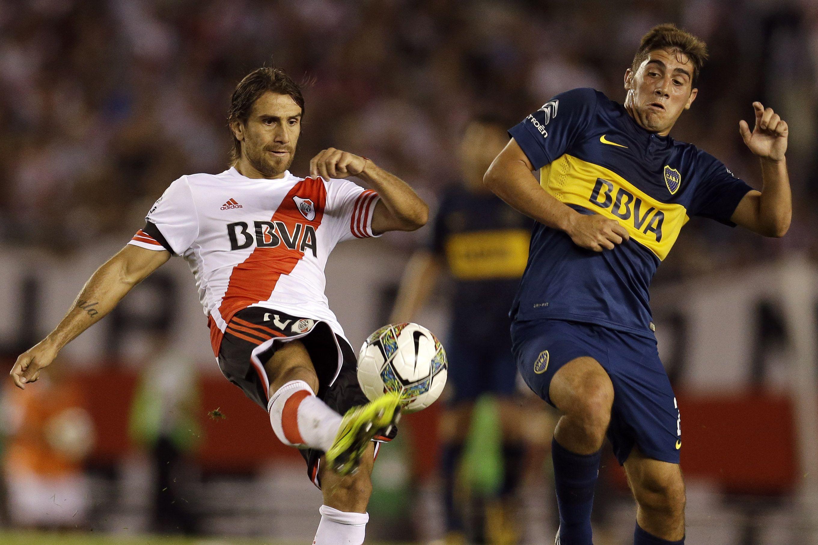 Ponzio y Erbes luchan por el balón.