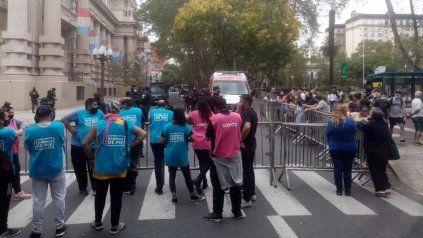 Un pequeño grupo de manifestantes espera fuera de la sede de Gobernación, donde están el presidente, el gobernador y el intendente.