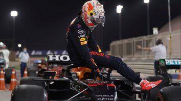 Primero yo. Max Verstappen queda suspendido del halo de su Red Bull tras humillar a Lewis Hamilton en la clasificación. Viernes y sábado fueron del holandés de 23 años.