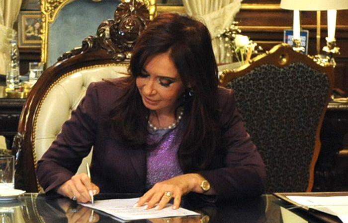 La presidenta firmó un decreto para cumplir con el fallo de la Corte.