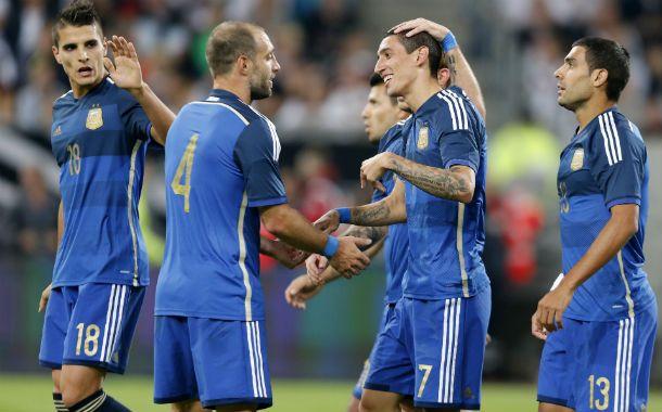 Angelito es saludado por sus compañeros tras meter el cuarto gol para el equipo. Fue la gran figura de la selección.
