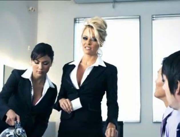 La idea del comercial era acerca del sueño de uno de los asistentes en una reunión de negocios presidida por Pamela y su bella asistente.