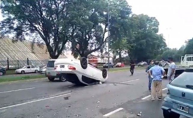 Chocó un auto que estaba estacionado y volcó sobre avenida Belgrano
