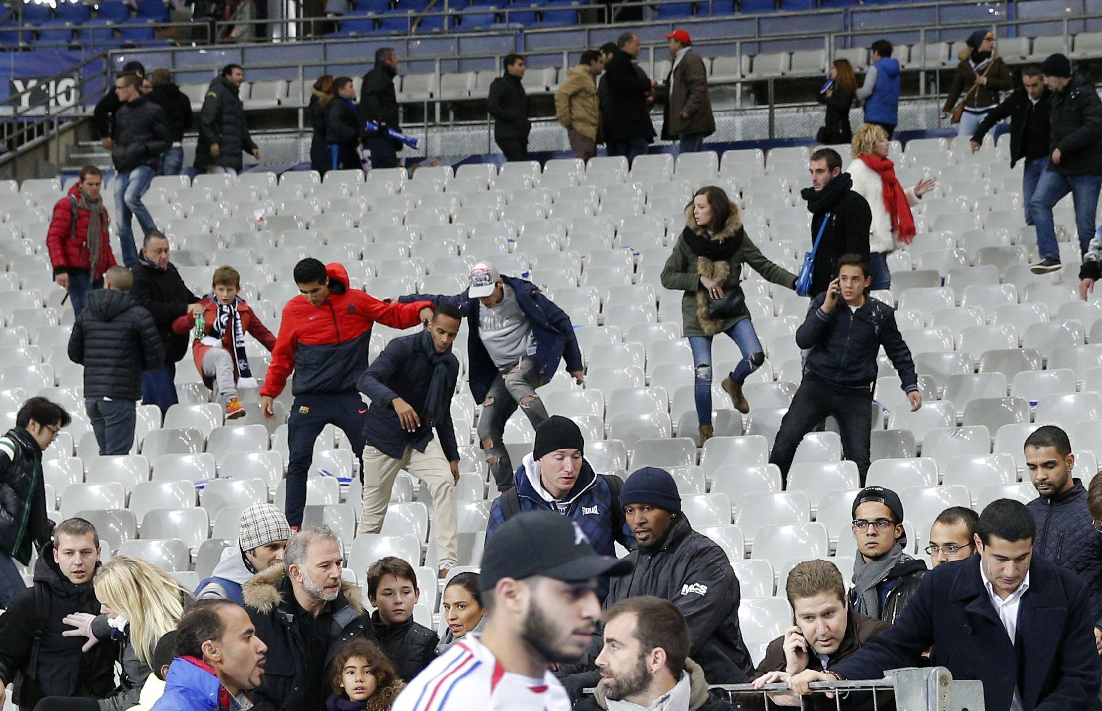 El caos entre los que estaban en el Estadio de Francia al conocerse que había habido ataques explosivos. (AP)