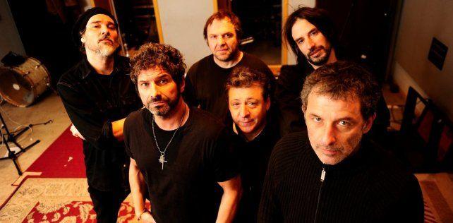 El músico junto a la banda Los Caballeros de la Quema.